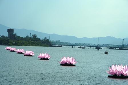 """Thừa Thiên Huế: Ngắm hoa sen """"khổng lồ"""" trên sông Hương"""