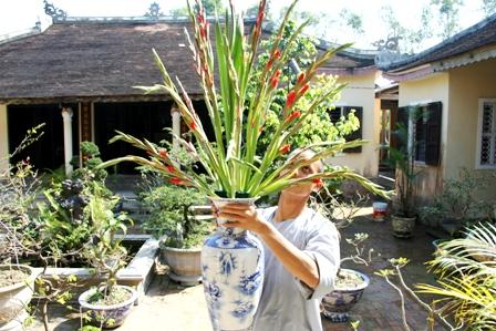 Nghệ thuật và triết lý cắm hoa chùa ngày 30 Tết