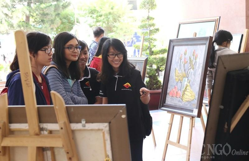 Bạn trẻ thích thú với tranh Phật giáo